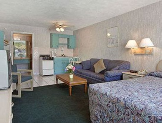 Days Inn - Central: Efficiency Suite