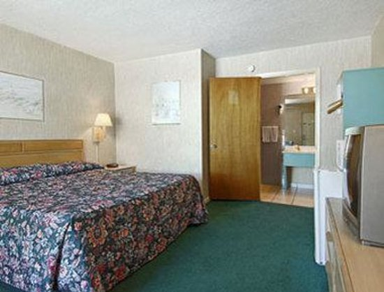 Days Inn - Central: Standard King Bed Room