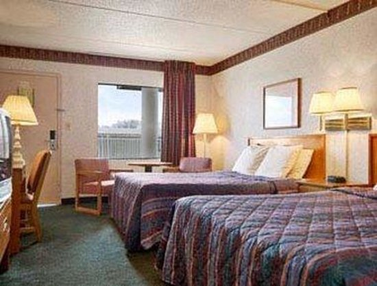 Greeneville Days Inn: Standard Two Queen Bed Room