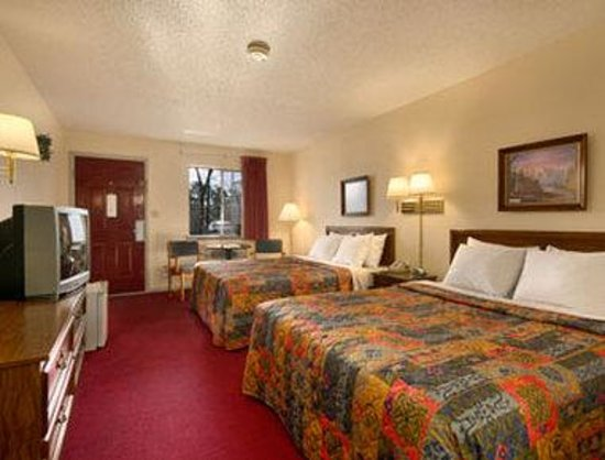 Days Inn Eureka Springs: Standard Two Queen Bed Room