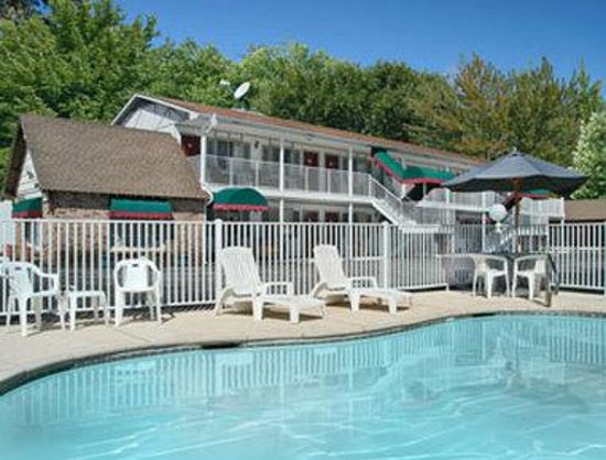 Days Inn Eureka Springs: Outdoor Pool