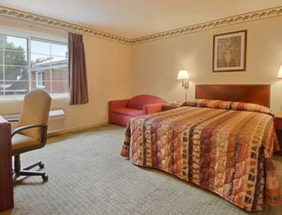 Lakewood, OH: Standard Queen Bed Room