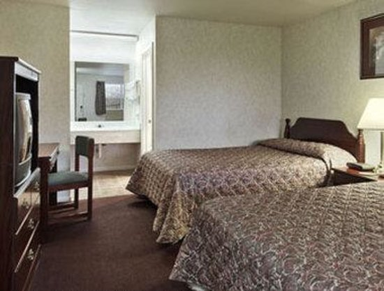 Days Inn Suites: Standard Two Queen Bed Room