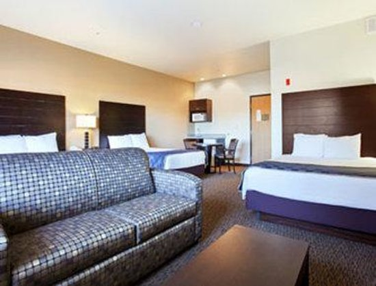 Days Inn &amp; Suites Page / Lake Powell: Family Suite 3 Queen Beds