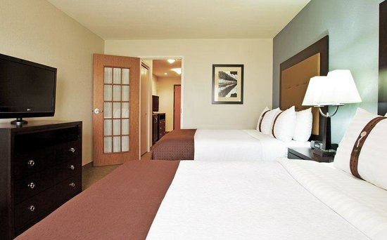 Holiday Inn & Suites Airport: Bedroom area of two room suite