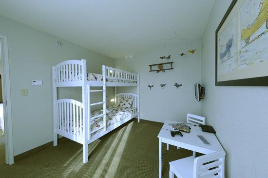 Holiday Inn & Suites Airport: Family Suites kids have a separate room