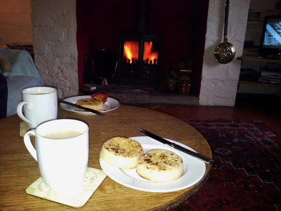 Buckingham, UK: Tea and crumpets by the fireplace