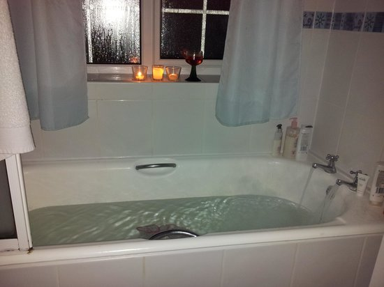 Бакингем, UK: A warm bath with candle lights and rose wine