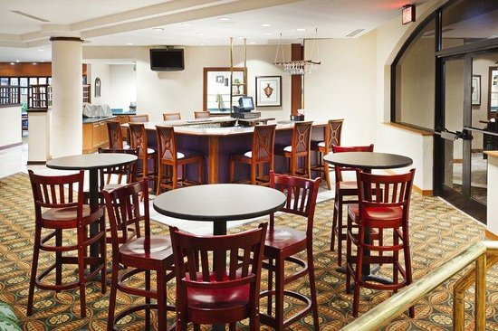 Holiday Inn Charlotte-University Place: Bar and Lounge