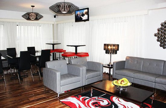 Holiday Inn Charlotte-University Place: Beautifully Renovated Executive Lounge