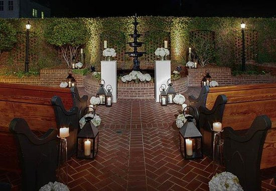 Courtyard by Marriott Charleston Historic District: Outdoor Wedding Ceremony