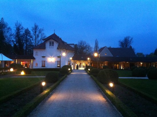 Levernois, Frankreich: The main house at night.