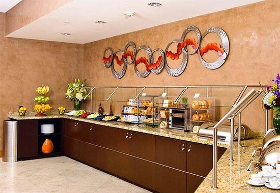 Courtyard by Marriott Boston Logan Airport: Bistro Breakfast Buffet