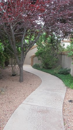 BEST WESTERN PLUS Arroyo Roble Hotel & Creekside Villas: Path behind cottage to pool and hotel