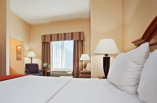 Holiday Inn Express Dayton - Centerville: The fresh clean linen will welcome you in every room