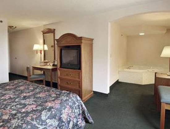 ‪‪Howard Johnson Express Inn/Airport Louisville‬: Jacuzzi One King Bed‬