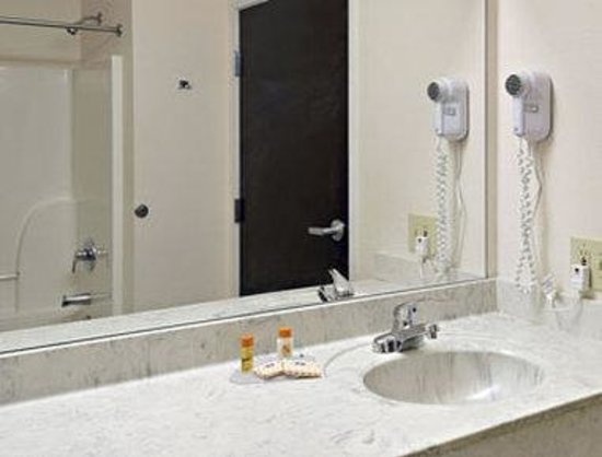 ‪‪Howard Johnson Express Inn/Airport Louisville‬: Bathroom‬