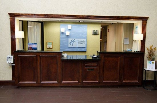 Holiday Inn Express Hotel &amp; Suites: Front Desk