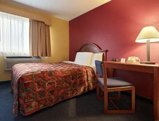 Torrington, CT: Standard King Bed Room with MicroFridge