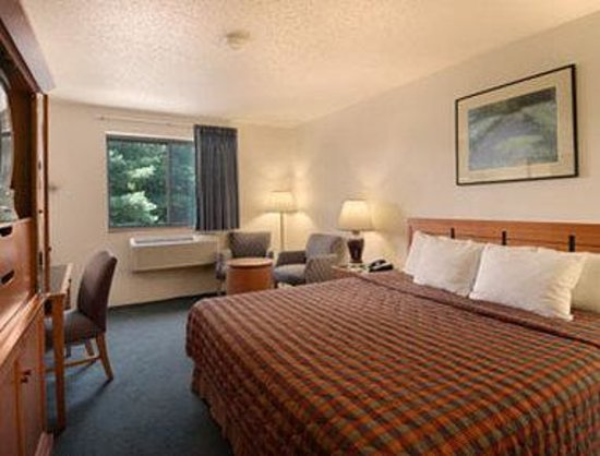 Days Inn Brunswick : Standard King Bed Room 