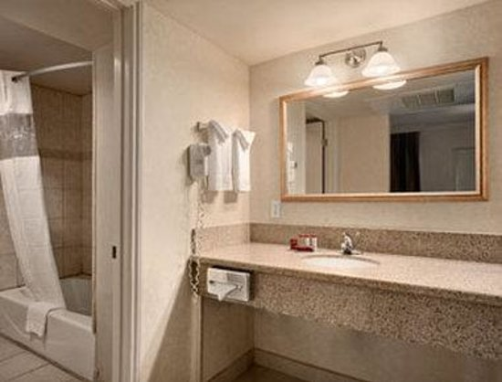 Ramada Los Angeles Convention Center: Bathroom