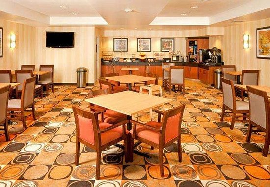 Fairfield Inn &amp; Suites San Francisco Airport: Breakfast Area