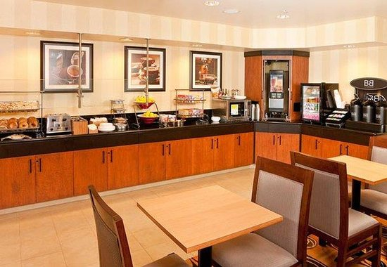 Fairfield Inn &amp; Suites San Francisco Airport: Breakfast Buffet