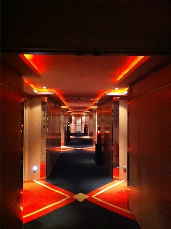 Melia Madrid Princesa: Hotel's hall - a red lightning cube