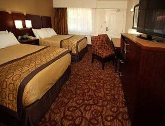 Ramada Moab Downtown : Standard 2 Double Beds w/Flat Panel TV, Microwave, Refrigerator And MP3 Clock Radio 