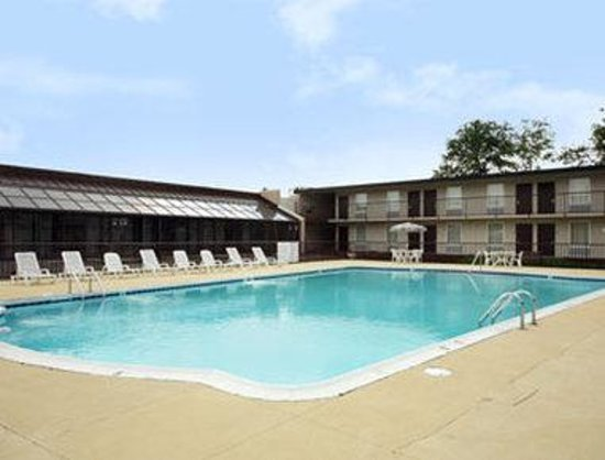 Ramada Downtown North: Pool