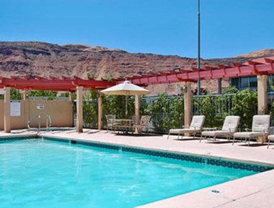 Ramada Moab Downtown : Refreshing Outdoor Swimming Pool And Spa 