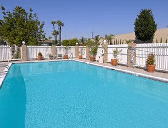 Ramada Inn & Suites Costa Mesa/Newport Beach: Pool