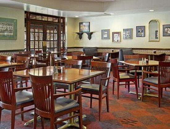 Ramada Conference Center Ocala: Pinstripers Bar and Grill