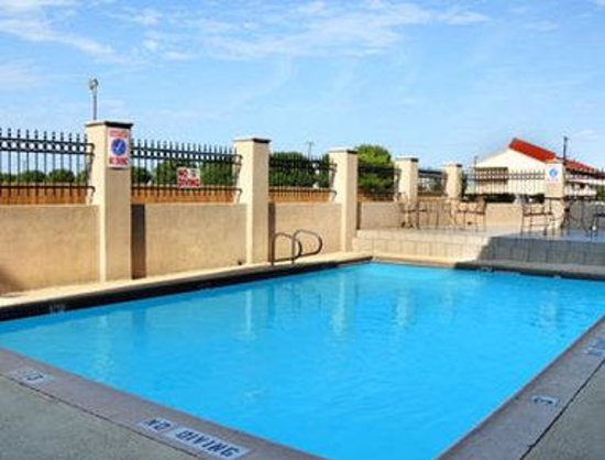 Ramada DFW Airport North Irving: Pool