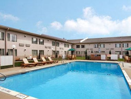 Ramada Vineland: Pool