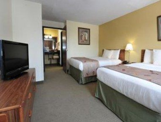 Ramada Inn: Family Suite Bed Room