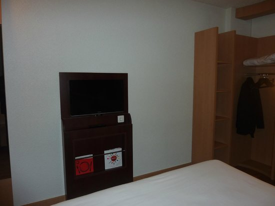 Ibis Barcelona Cornella : LCD TV 