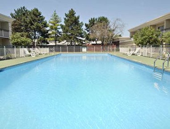 Ramada Inn East Airport: Pool