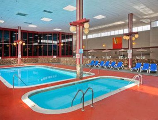 Ramada Medford & Convention Center: Pool