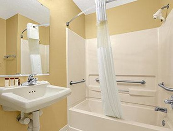 Ramada Limited Columbia : ADA Bathroom