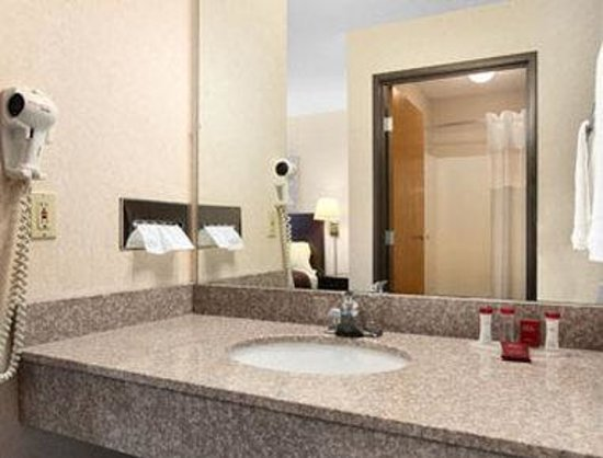 Ramada Limited Tell City: Bathroom