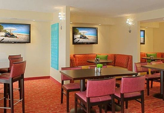Courtyard by Marriott Key Largo: The Bistro Seating