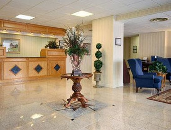 Triangle, VA: Lobby