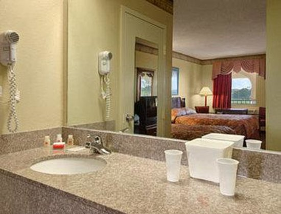 Ramada Limited - Horn Lake: Bathroom