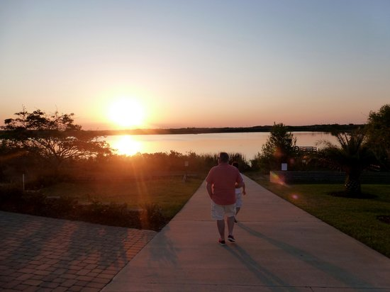 Haines City, FL: SUNSET STROLL FROM THE LAKE HOUSE TO THE PIER AT TOWER LAKE