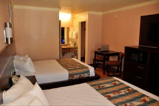 Country Inn Sonora: Some two queen bedroom offers fridge and microwave