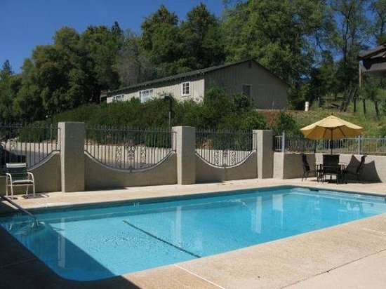 Country Inn Sonora: Relax or swim and enjoy the outdoor pool