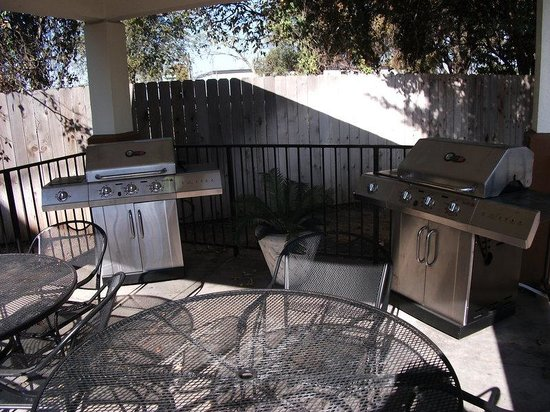 Candlewood Suites - Austin South: Two gas grills available for guest use!!! BBQ!!!!