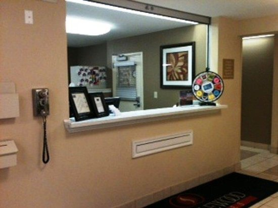 Candlewood Suites Columbus Airport: Front Desk