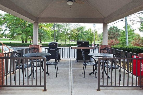 Candlewood Suites Columbus Airport: Guest Patio with 2 grills